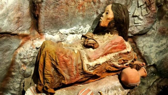 Núi lửa phun trào khiến tuyết tan chảy, xác ướp từ trên đỉnh núi lăn lông lốc xuống, hé lộ tội ác man rợ trút lên đầu cô gái nhỏ khốn khổ - Ảnh 1.