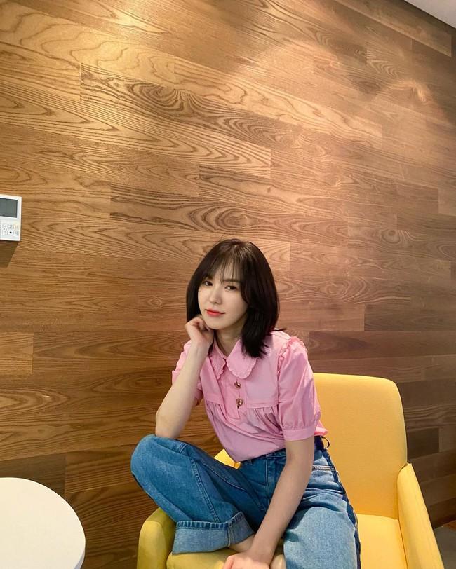 Mặc áo blouse đẹp như Red Velvet: 13 cách mix đơn giản nhưng trẻ trung, chuẩn sang xịn mịn - Ảnh 6.