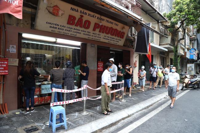 Hà Nội: Quận Tây Hồ chỉ đạo xử lý tiệm bánh trung thu Bảo Phương để khách xếp hàng tấp nập - Ảnh 1.