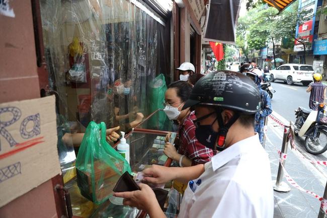 Hà Nội: Quận Tây Hồ chỉ đạo xử lý tiệm bánh trung thu Bảo Phương để khách xếp hàng tấp nập - Ảnh 2.