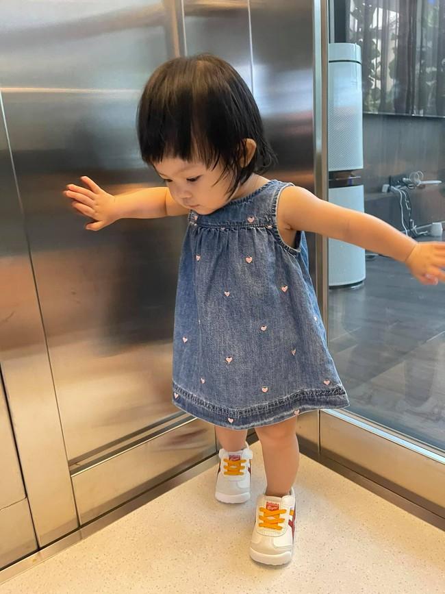 Ái nữ Suchin nhà Cường Đô La mới hơn 1 tuổi đã lên đồ sành điệu, thần thái như người mẫu nhí - Ảnh 2.