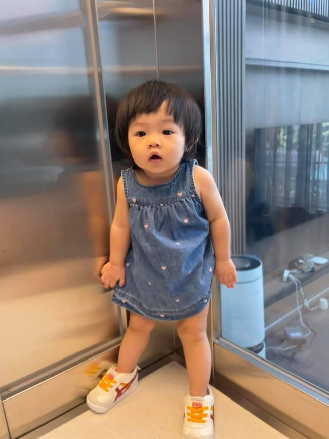 Ái nữ Suchin nhà Cường Đô La mới hơn 1 tuổi đã lên đồ sành điệu, thần thái như người mẫu nhí - Ảnh 3.