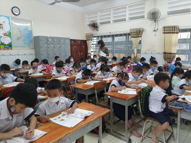 Xót xa hơn 1.500 học sinh TPHCM lâm cảnh mồ côi vì dịch - Ảnh 1.
