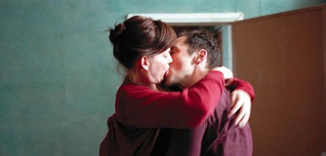 Phim 18+ Intimacy: Chớp tắt của hôn nhân và bí mật của người phụ nữ gõ cửa người lạ vào mỗi thứ Tư để ân ái cuồng nhiệt trong im lặng  - Ảnh 2.