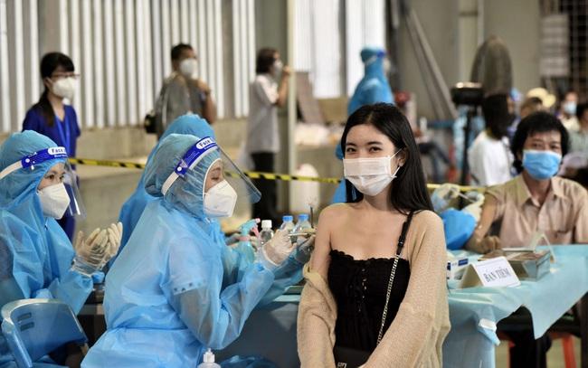 DIỄN BIẾN DỊCH COVID-19 NGÀY 15/9: Người dân TP.HCM đi tiêm vaccine không cần thư mời, không cần đăng ký trước - Ảnh 1.