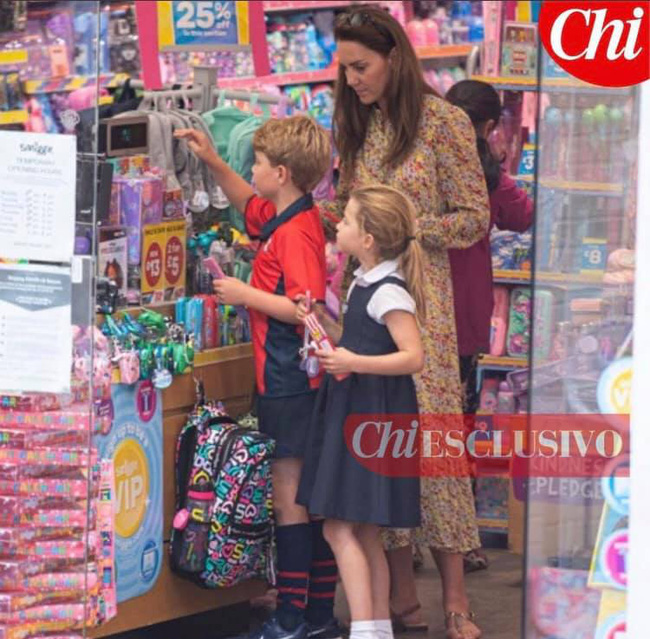"""Công nương Kate lộ diện sau 60 ngày """"mất hút"""", đưa 2 con đi mua sắm với loạt cử chỉ tinh tế - Ảnh 1."""