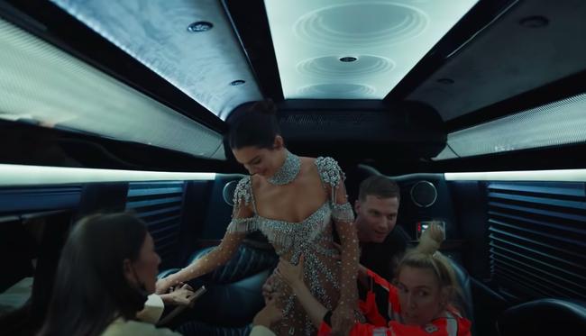 Sự thật đằng sau bộ đầm xuyên thấu của Kendall Jenner: Ôm sát đến mức không thể tự ngồi xuống - Ảnh 5.