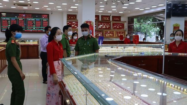 Thủ đoạn trộm 2.380 nhẫn vàng của nữ nhân viên tiệm vàng ở Bình Phước ra sao? - Ảnh 2.