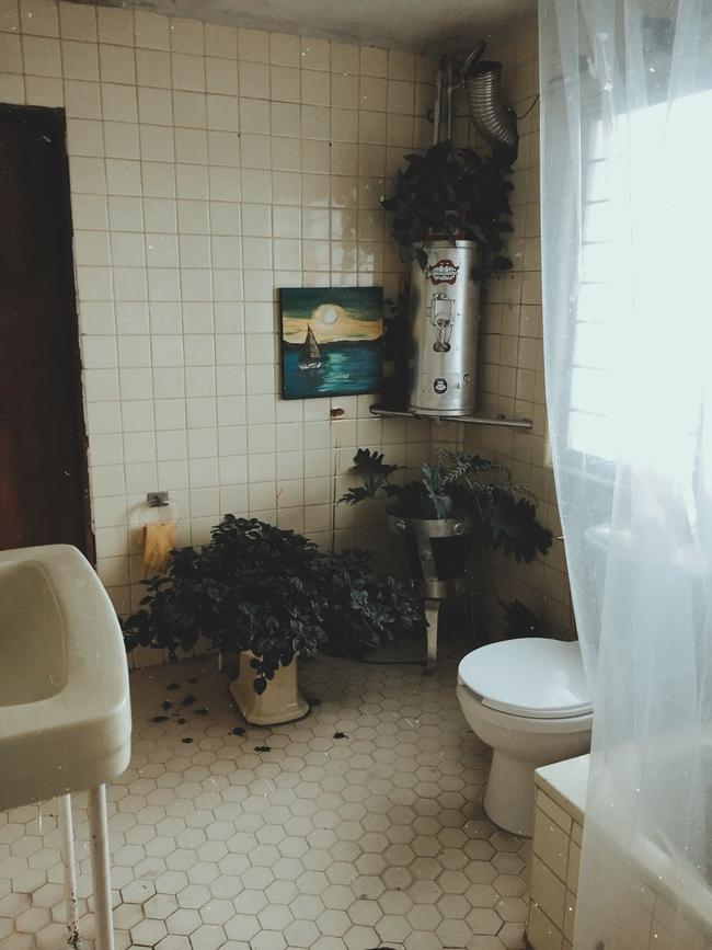 Hướng cửa nhà vệ sinh đặt sai, tiền bạc cứ thế đội nón ra đi - Ảnh 2.