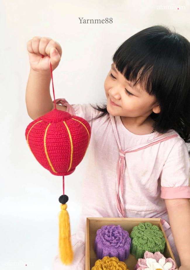 Tết Trung thu mùa giãn cách, mẹ đảm Hà Nội đem len đan… bánh, đèn lồng, đèn ông sao tặng con  - Ảnh 2.