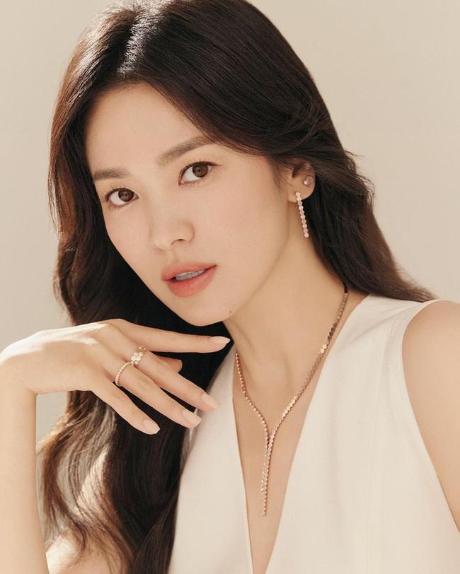 """Rầm rộ tin Song Hye Kyo chỉ là """"kẻ thế vai"""" cho dự án phim mới, fan chỉ trích nhà sản xuất đang lợi dụng nữ diễn viên - Ảnh 2."""
