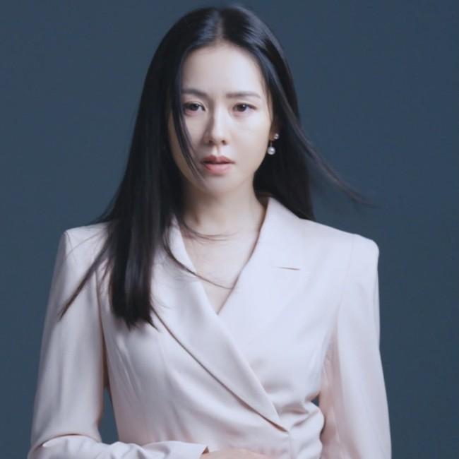 Son Ye Jin khiến fan rần rần với clip mặc áo 2 dây quyến rũ, nằm lăn lê cực sexy - Ảnh 9.