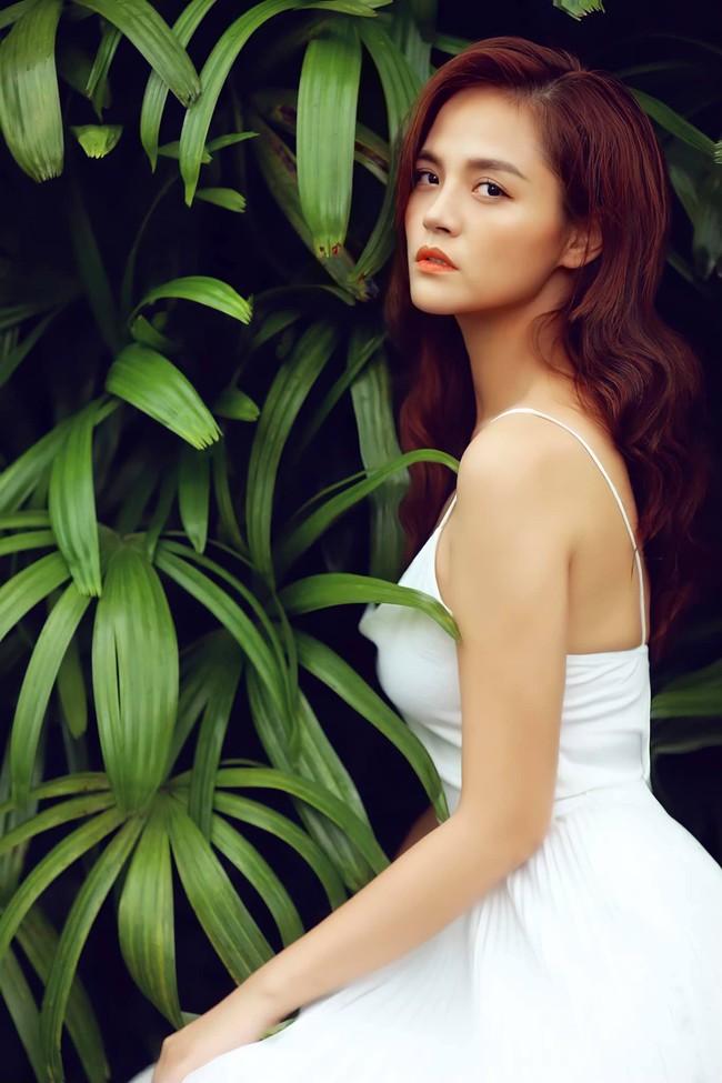 Thu Quỳnh sinh năm 1988 tại Hà Nội.