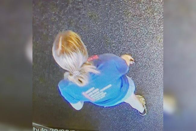Cô gái vứt toẹt chiếc balo vào thùng rác rồi vào cửa hàng mua sắm, nhân viên thấy lạ mở thử ra xem rồi hốt hoảng lập tức báo cảnh sát - Ảnh 2.