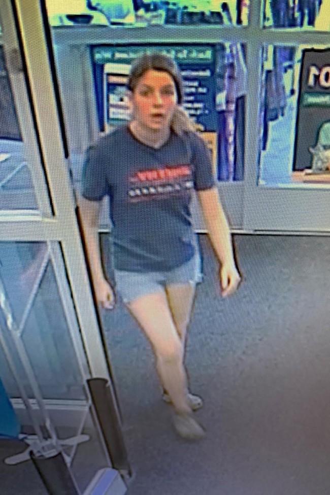 Cô gái vứt toẹt chiếc balo vào thùng rác rồi vào cửa hàng mua sắm, nhân viên thấy lạ mở thử ra xem rồi hốt hoảng lập tức báo cảnh sát - Ảnh 1.
