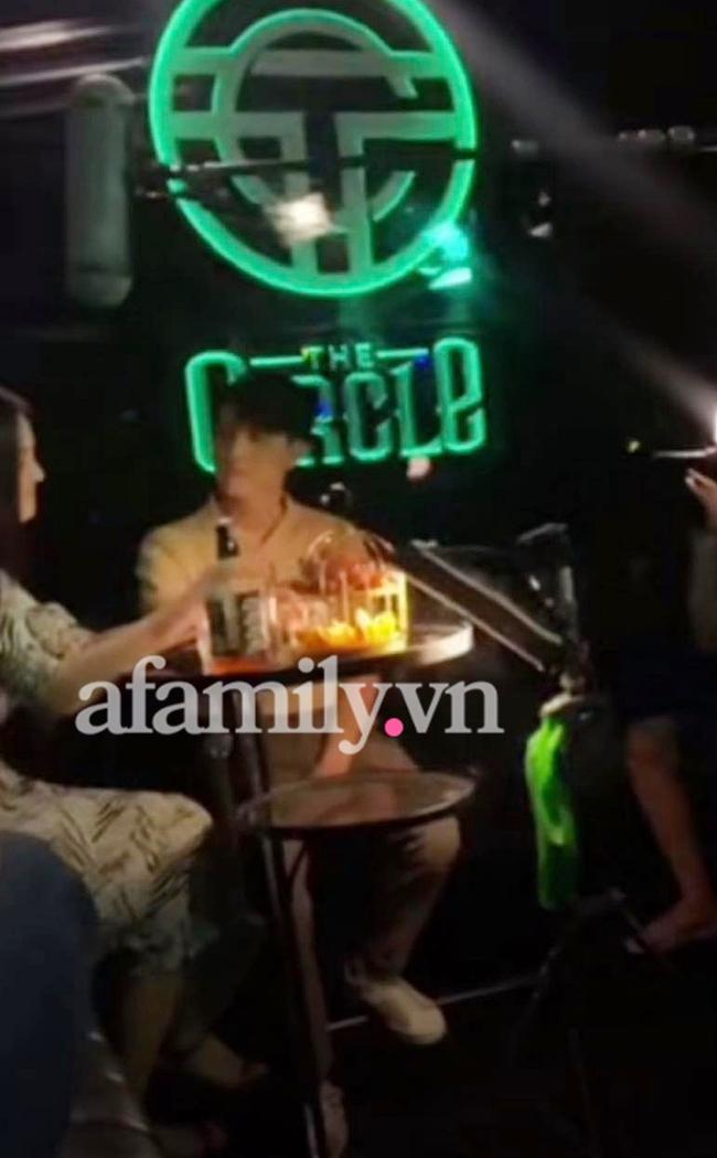 Hương vị tình thân: Thy đi bar uống rượu với Phi sau khi bắt gặp cảnh Huy ở cùng trà xanh - Ảnh 2.