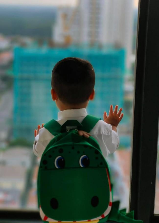 Con trai Hòa Minzy lên đồ đi học cực bảnh nhưng xem đến ảnh cuối thì ai cũng rưng rưng - Ảnh 4.