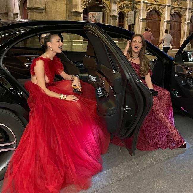 """Công nương Monaco như """"thả rông"""" tại đám cưới Hoàng gia: Diện bộ đầm ý nghĩa nhưng lại cắt khoét đúng chỗ hiểm - Ảnh 6."""