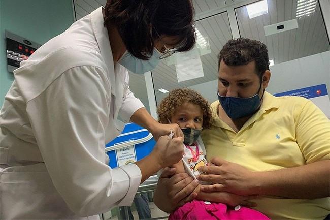 Cuba trở thành quốc gia đầu tiên trên thế giới tiêm vaccine phòng COVID-19 cho trẻ từ 2-11 tuổi - Ảnh 1.