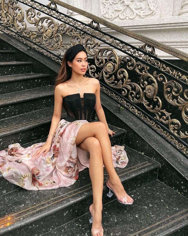 """Dáng không hề thấp nhưng Tiên Nguyễn vẫn mê mẫu giày """"đi như không đi"""", kéo chân dài tít tắp này - Ảnh 1."""