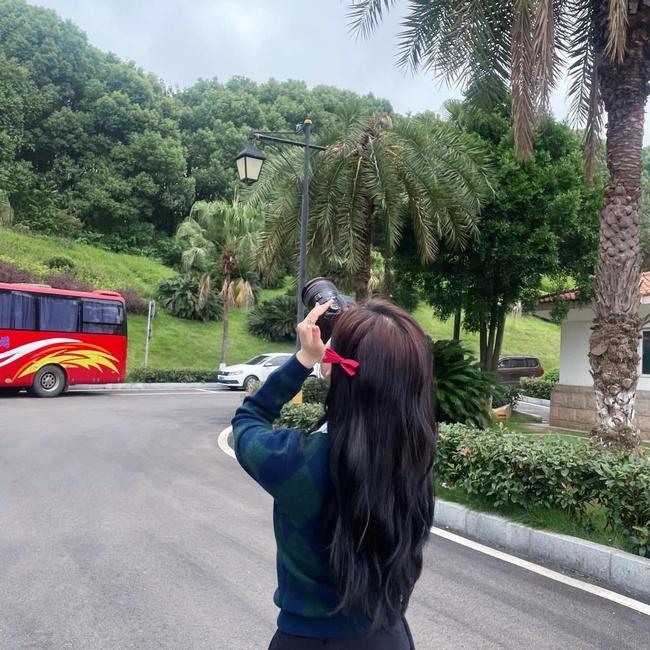 Ngô Lỗi lộ ảnh cưỡi ngựa cực ngầu, Triệu Lộ Tư lại đăng ảnh xinh đẹp thế nào mà netizen réo gọi - Ảnh 4.