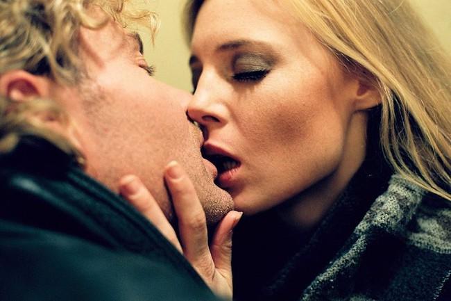 Phim 18+  All about Anna: Cảnh sex thật miêu tả đời sống tình dục phức tạp của phụ nữ và rắc rối nhiều cô gái gặp phải khi người cũ gõ cửa lúc chiếc áo cài dở - Ảnh 2.