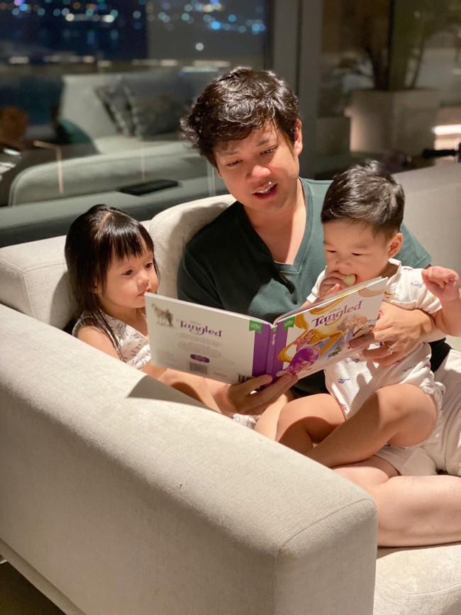 Ông xã Đặng Thu Thảo đọc truyện cho 2 con, nội dung đảm bảo bé nào cũng mê  - Ảnh 1.