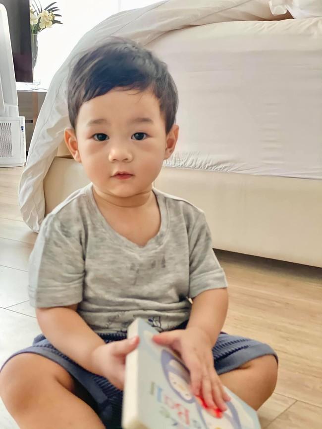 Ông xã Đặng Thu Thảo đọc truyện cho 2 con, nội dung đảm bảo bé nào cũng mê  - Ảnh 2.