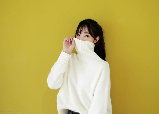 4 tips mặc áo len cổ lọ thật phong cách trong ngày trở lạnh - Ảnh 2.