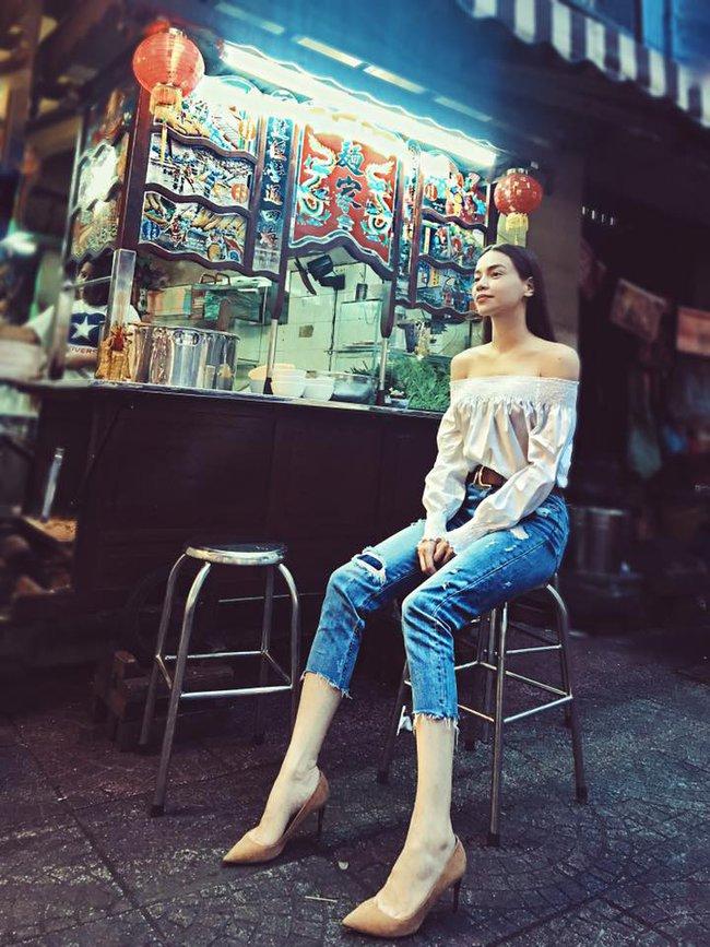 Ngọc Trinh nhìn hiền khô với tóc mái mưa, Phạm Hương giản dị đi mua sắm ở chợ quê - Ảnh 1.