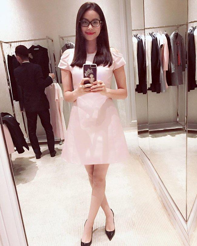 Ngọc Trinh nhìn hiền khô với tóc mái mưa, Phạm Hương giản dị đi mua sắm ở chợ quê - Ảnh 3.