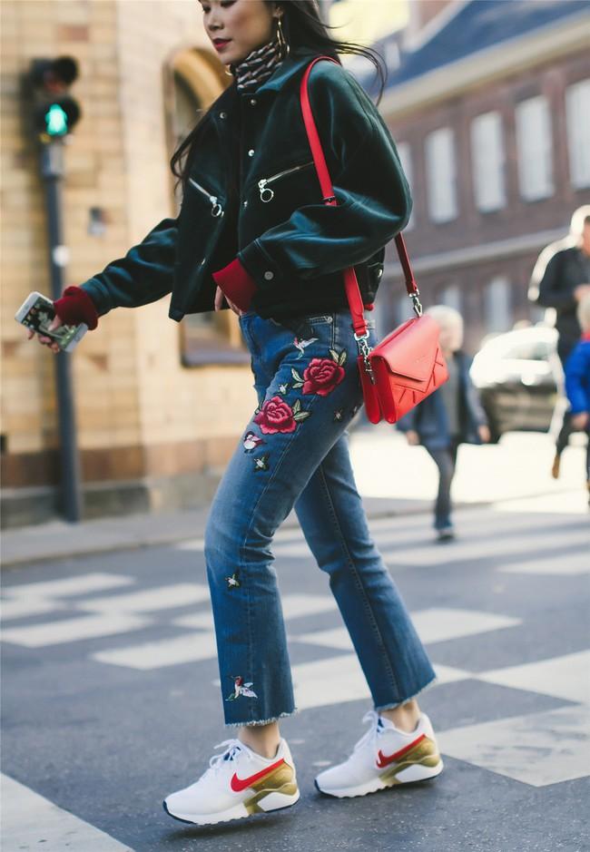 Street style đầy màu sắc mùa lễ hội của các quý cô Châu Á - Ảnh 1.