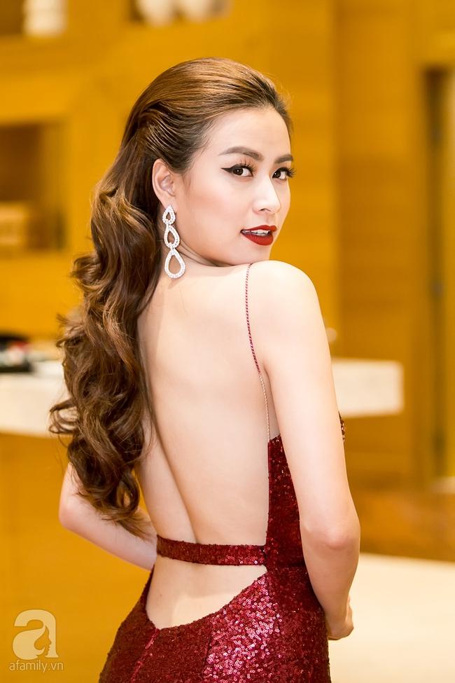 Hoàng Thùy Linh khoe lưng trần gợi cảm giữa mùa đông Hà Nội - Ảnh 1.