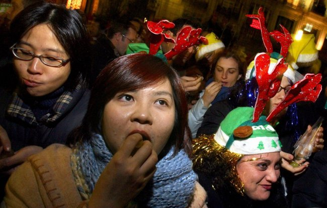 8 phong tục đón năm mới thú vị trên thế giới - Ảnh 4.