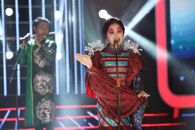 Đứng 1 chỗ hát chầu văn, bé 7 tuổi khiến Hoài Linh thán phục - Ảnh 18.