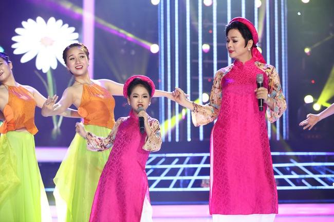 Đứng 1 chỗ hát chầu văn, bé 7 tuổi khiến Hoài Linh thán phục - Ảnh 13.