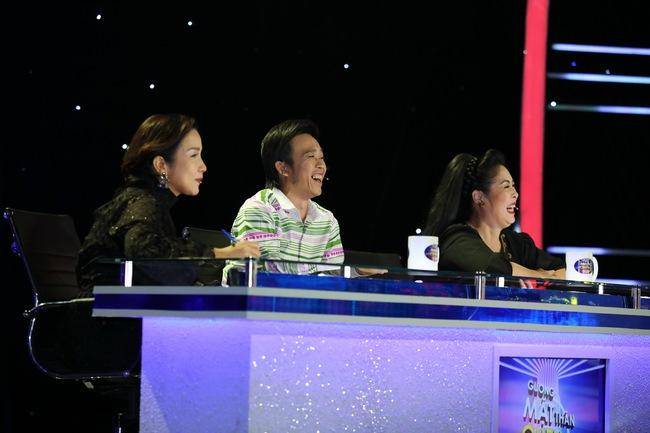 Đứng 1 chỗ hát chầu văn, bé 7 tuổi khiến Hoài Linh thán phục - Ảnh 1.