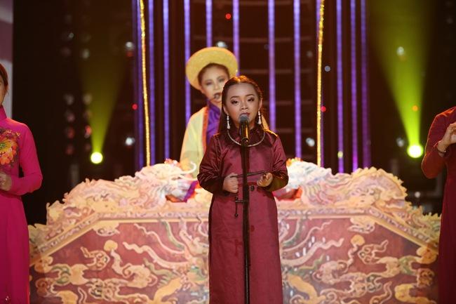 Đứng 1 chỗ hát chầu văn, bé 7 tuổi khiến Hoài Linh thán phục - Ảnh 2.