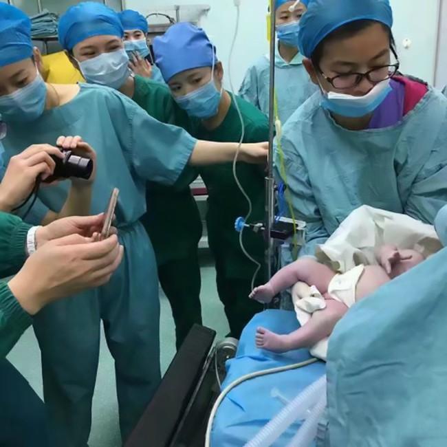 Cả ê-kíp 16 bác sĩ, ý tá hợp sức đỡ đẻ cho bà mẹ nặng hơn 1 tạ - Ảnh 4.