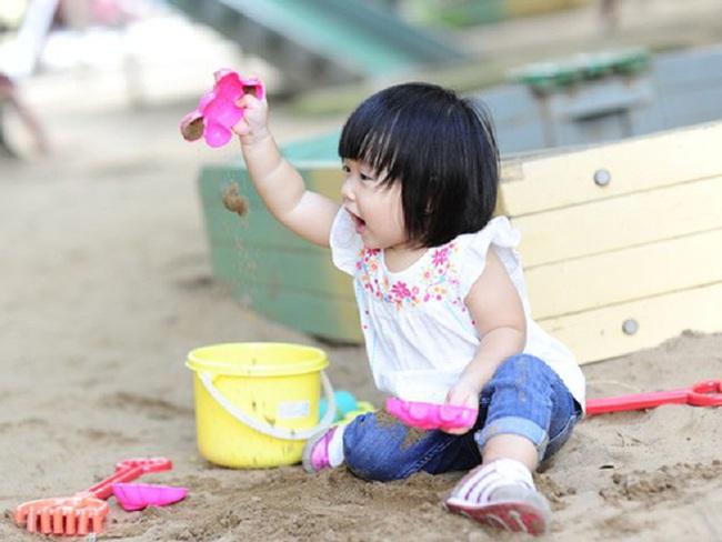 Bác sĩ Nhi khoa gợi ý 6 trò chơi kích thích trẻ phát triển trí não từ sớm - Ảnh 4.