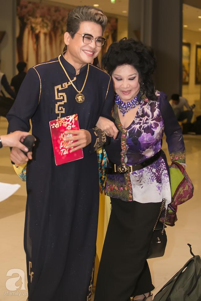 MC Thanh Bạch xuất hiện tươi tỉnh bên vợ mới sau khi bị vợ cũ tố vũ phu - Ảnh 1.