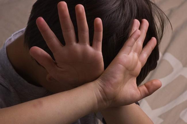 Con trai làm sao mà bị xâm hại – suy nghĩ cực sai lầm của nhiều cha mẹ - Ảnh 1.