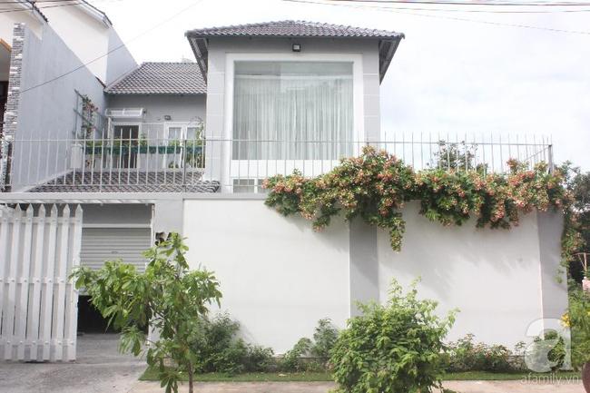 Ngôi nhà vườn rộng 200m² nhìn đâu cũng thấy cây và hoa rực rỡ ở TP HCM - Ảnh 2.