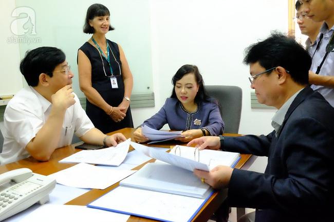 TP.HCM: Bộ trưởng kiểm tra đột xuất, phòng khám Trung Quốc lúng túng lộ sai phạm - Ảnh 2.