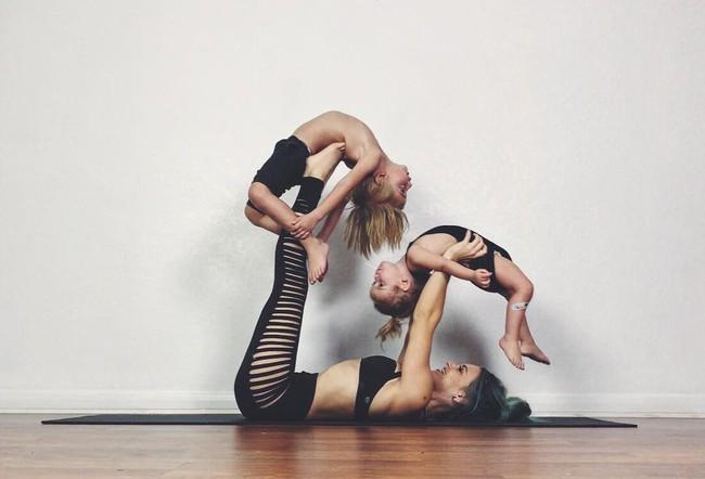Ngẩn ngơ ngắm bộ ảnh 3 mẹ con cùng tập yoga đang gây bão Instagram - Ảnh 1.