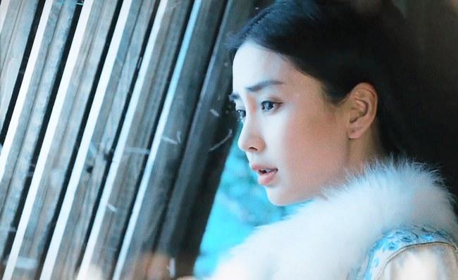 Angelababy vui như đứa trẻ khi được Chung Hán Lương tặng quà - Ảnh 1.