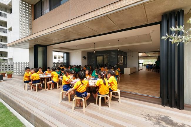 Có một trường mẫu giáo đầy ánh sáng, ngay cả lúc ăn trẻ cũng được đón gió trời - Ảnh 15.