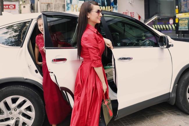 Phi Nhung diện cây hàng hiệu đỏ rực, dắt tay con gái nuôi đi làm giám khảo - Ảnh 1.