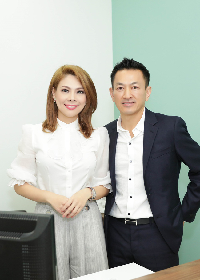 Thanh Thảo rạng rỡ cùng bạn trai Việt kiều đến Đà Nẵng làm từ thiện - Ảnh 1.