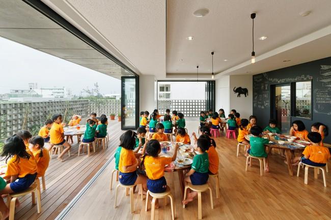 Có một trường mẫu giáo đầy ánh sáng, ngay cả lúc ăn trẻ cũng được đón gió trời - Ảnh 14.